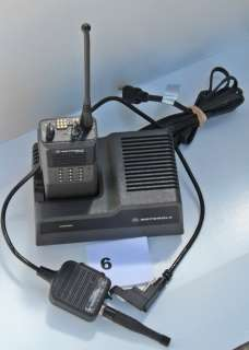Motorola MT1000 UHF HT Portable Radio   Speaker Mic   Charger   16